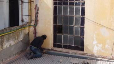 Tareas de reparación en la Comisaría local