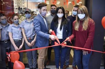 Noe Correa participó de la inauguración de un local de Mostaza en la ciudad de Grand Bourg